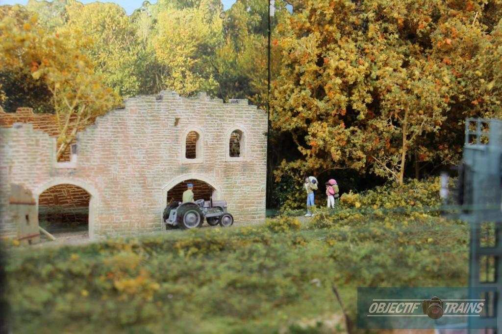 Ruine tracteur et des promeneurs