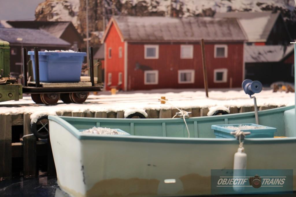 Le bateau et les caisses de poissons.