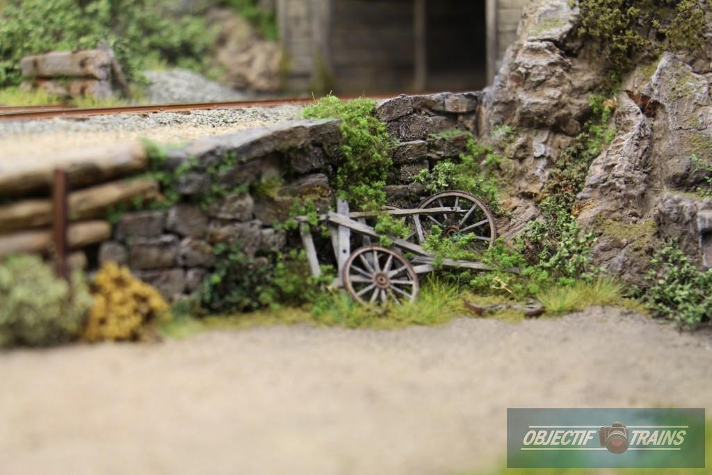 Un bout de campagne aux us avec une charette détruite.