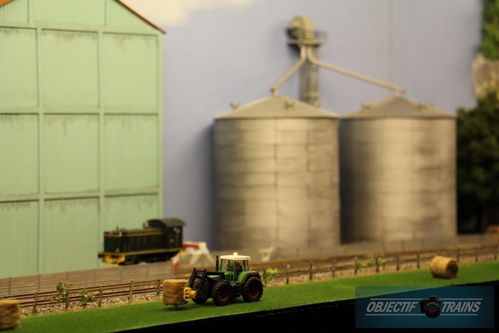 Tracteur et silos.