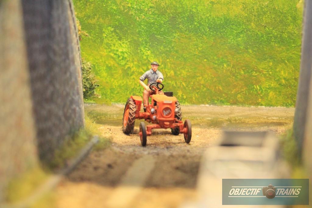 le Tracteur emprunte la route sous la voie