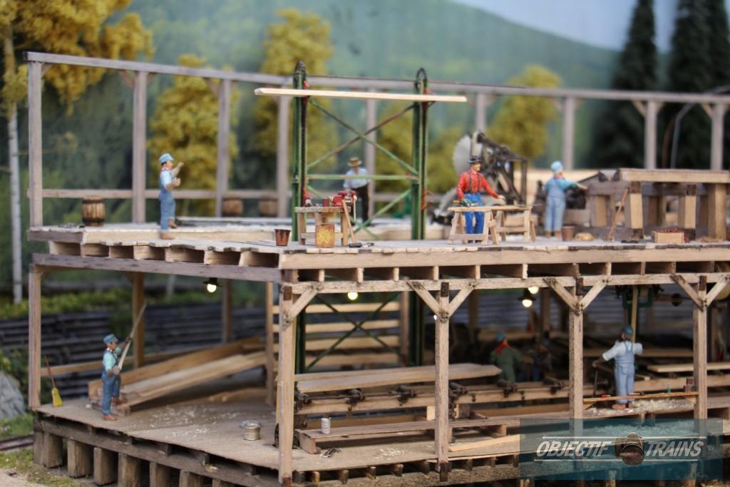 La scierie et ouvrier à l'oeuvre