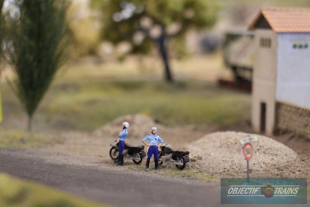 Policiers sur le bord de la route.