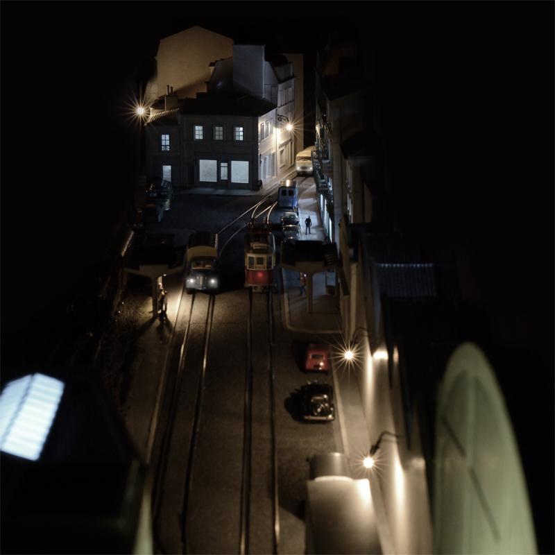 La ville la nuit et le tramway.