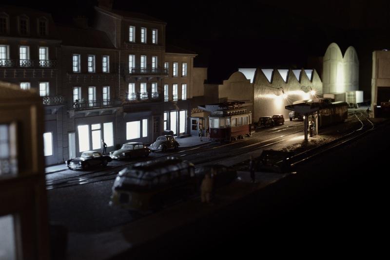 Rue commercante et voitures stationnées