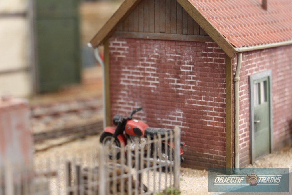 Moto contre le mur.