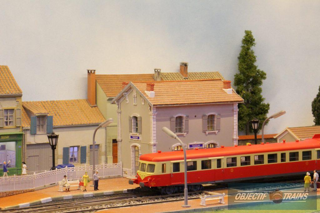 Autorail X2800 en gare de Tassay.