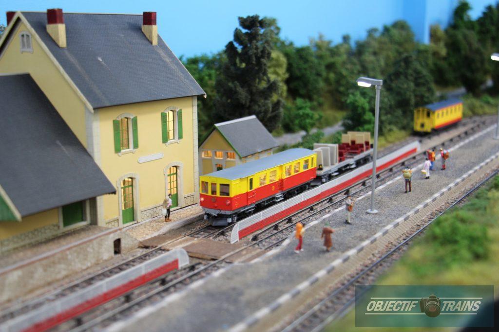 Le train jaune attend les voyageurs.