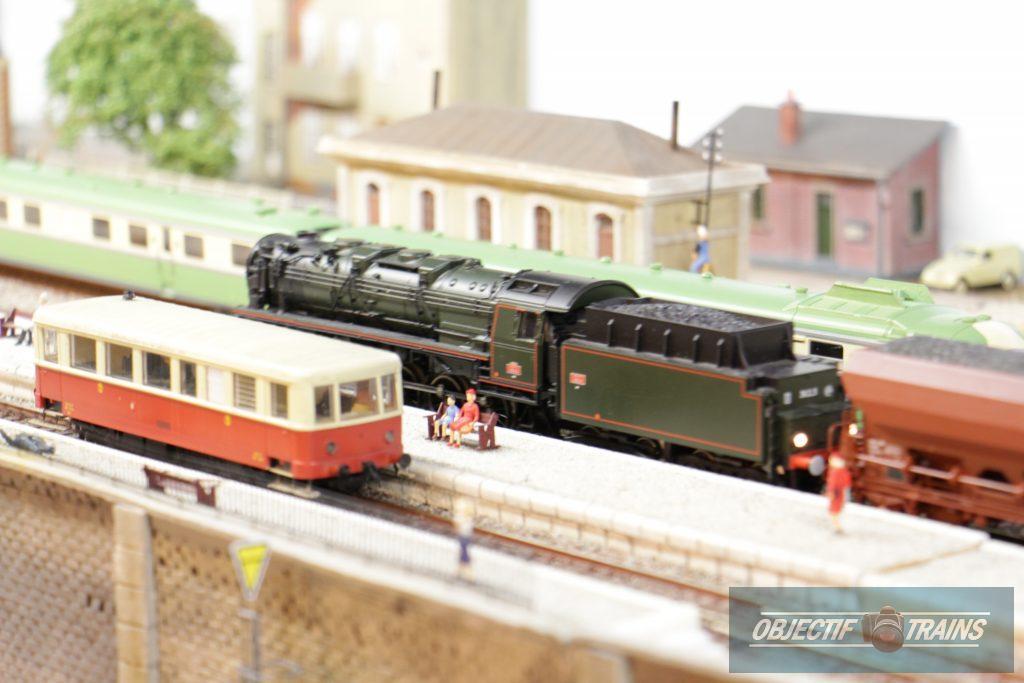 Locomotive à vapeur en gare.