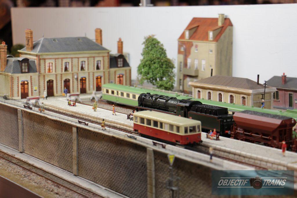 Autorails et locomotive vapeur en gare