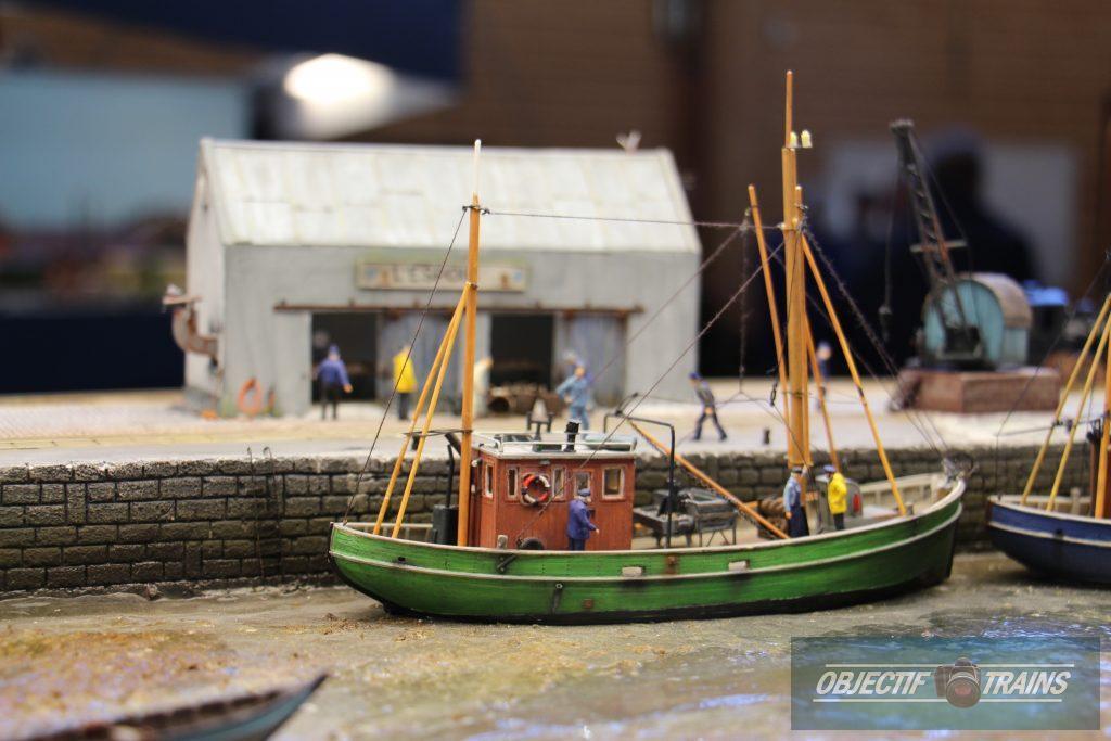 Le bateau de pêche à Saints amis sur mer.