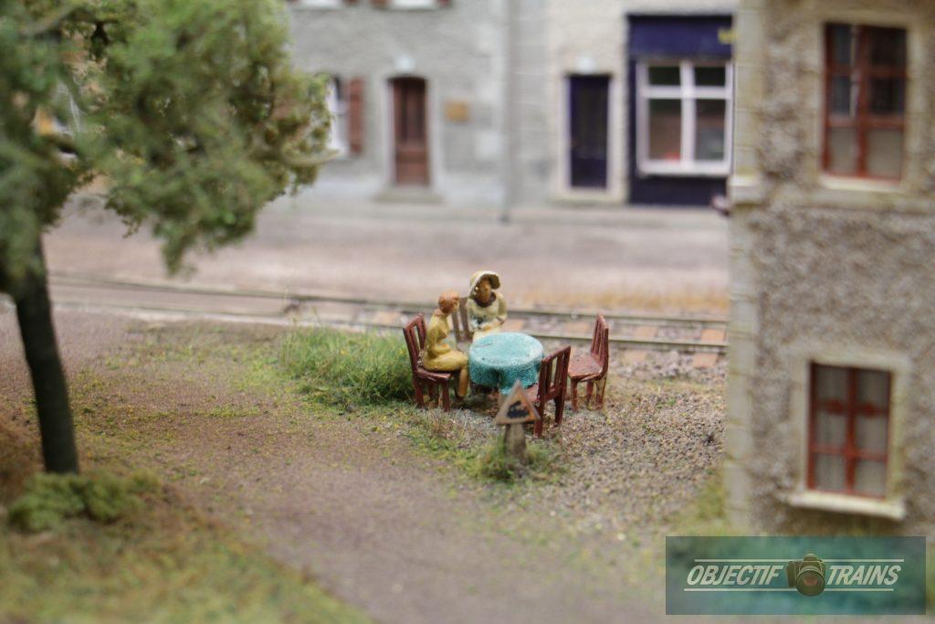 Discussion sur la terrasse - La baraque d'Hans Louvet