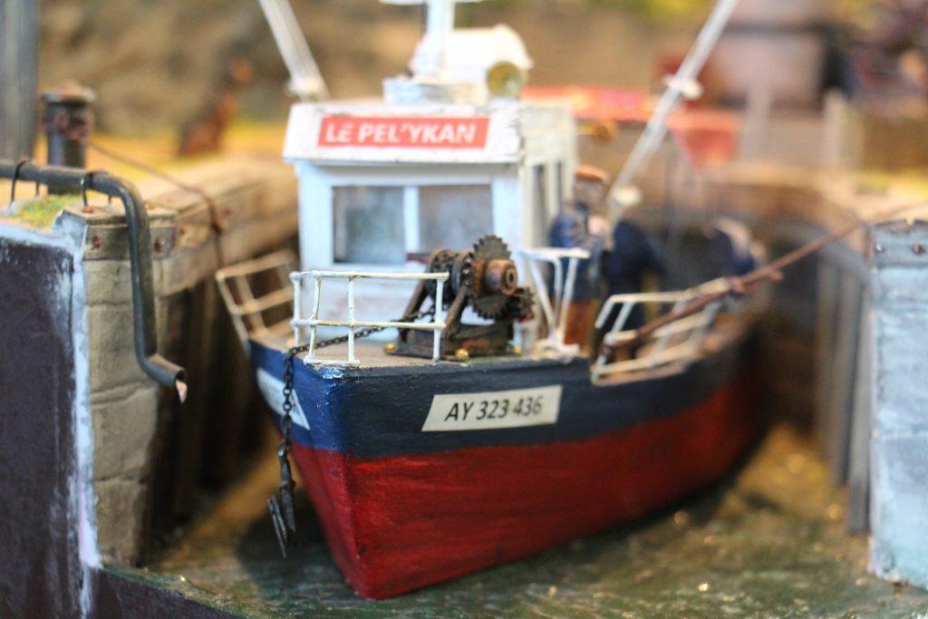 La saf'ate le treuil du bateau.